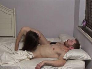 Сводная сестра разбудила спящего брата и занялась с ним сексом