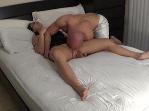 Лысый парень разбудил сочную зрелую женщину и выебал ее
