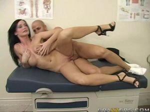 Женщина врач прыгает на хую пациента бритой киской