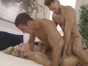 Красивая стройная малышка занимается сексом с двумя бисексуалами