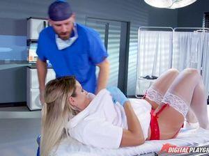 Врач долбит красивую пациентку большим членом и поливает её спермой