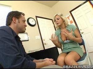 Пациентка с большой грудью отдается врачу в разных позах