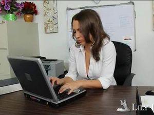 Красивая секретарша стонет во время секса на рабочем столе