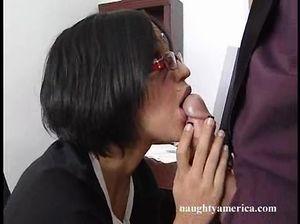 Секретарша в очках раздвинула ноги и занялась вагинальным сексом с начальником