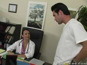 На приеме у врача, пациент долбит в анал горячую медсестру