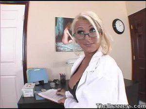 В больнице грудастая медсестра отдается своему пациенту