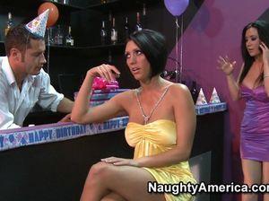На вечеринке грудастые женщины занимаются сексом с единственным любовником