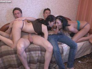 Пары свингеров устроили групповой секс и меняются партнерами