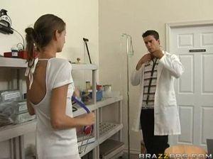 На столе прекрасная медсестра в белых чулках отдается врачу