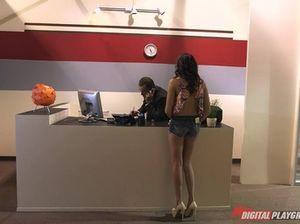 Симпатичная брюнетка в офисе занимается сексом со своим начальником