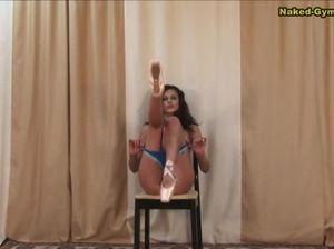 Гибкая русская гимнастка полностью разделась и показала бритую киску