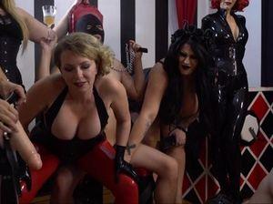 Госпожа в латексе во время вечеринки страпонит своего раба в маске