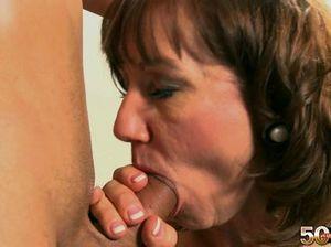 Пожилая медсестра в чулках  с подвязками ебется с молоденьким