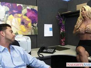 Мужик в офисе долбит в киску секретаршу с большими сиськами