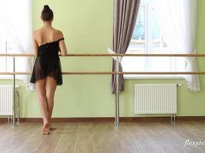 Русская гимнастка без трусов задирает ноги на тренировке