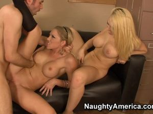 Две секретарши блондинки ебутся с начальником на столе