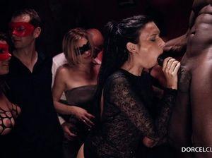 Горячая брюнетка отдается негру в попу во время группового секса