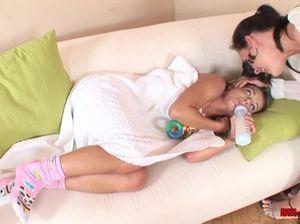 Малышка в кроватке подставила бритую киску лесбиянке нянечке