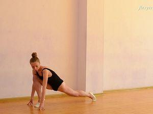 Молодая гимнастка полностью разделась и раздвинула ноги