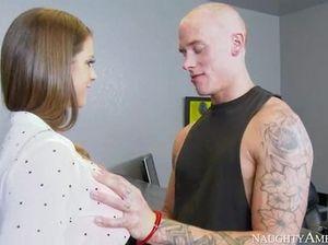 Татуированный пацан долбит пизденку смазливой секретарши большим членом