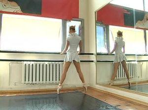 Симпатичная стройная гимнастка позирует без трусов и показывает пизду