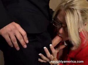 Секретарша в очках лихо прыгает на члене своего коллеги