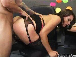 На работе симпатичная брюнетка переспала с похотливым начальником