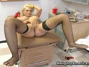 Блондинка медсестра с красивыми сиськами ласкает пальчиками киску