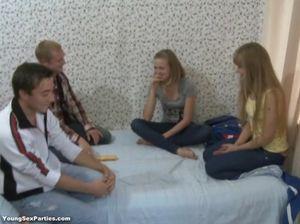 Групповой секс русских студентов на большой кровати