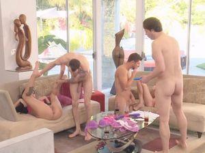 Парни по очереди трахают симпатичных девушек во время группового секса