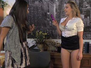 Начальница лесбиянка облизала промежность своей милой секретарши