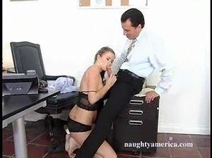 Хорошая секретарша с красивыми сиськами стонет на члене начальника