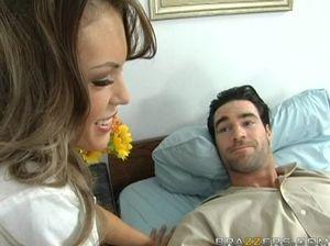 Медсестра с большими сиськами попрыгала на хую пациента