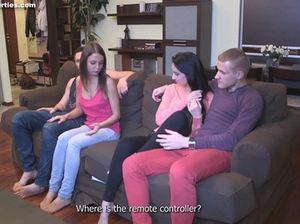 Молодые русские свингеры трахают на диване своих подружек