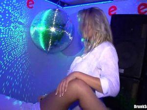 На тусовке в ночном клубе мужики ебут пьяных сучек