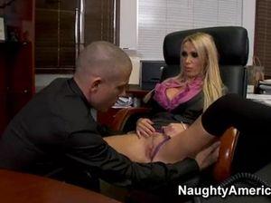 Секс в офисе с очень красивой сисястой секретаршей