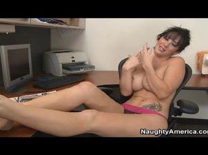 Грудастая секретарша в офисе мастурбирует свою горячую киску