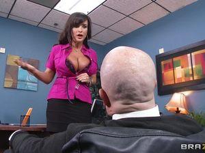 Лысый босс круто отодрал в офисе сисястую секретаршу
