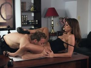 Молодая секретарша на столе отдается начальнику и стонет