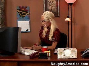 Босс трахает в разных позах секретаршу в чулочках