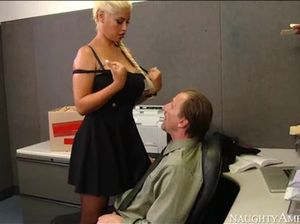 Сочная секретарша с большими дойками отдалась начальнику в пизду