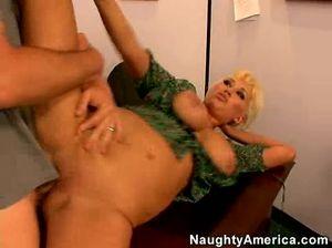 Анальный секс с сисястой блондинкой секретаршей в офисе