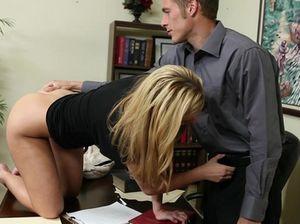 Молоденькая секретарша сосет хуй босса и трахается в офисе