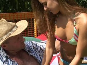Пожилой пациент отодрал юную сестричку в голую киску