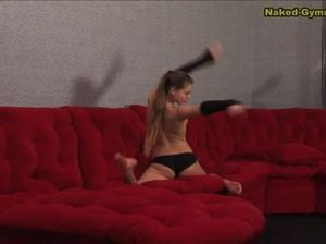Русская гимнастка широко раздвигает ножки на диване
