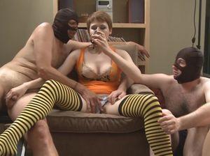 Бабы на вечеринке доминируют над покорными рабами в масках