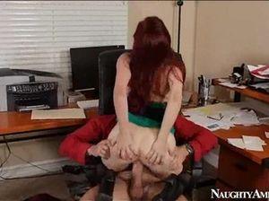 На столе симпатичная секретарша в очках занялась сексом с начальником