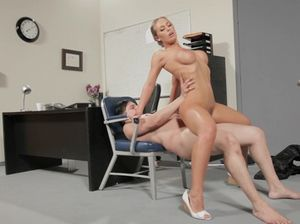 Медсестра с красивым телом отдается мужику на работе