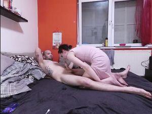 Татуированный чувак и его подруга занялись домашним сексом в спальне