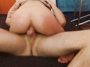 Пара занимается домашним анальным сексом на барном стульчике